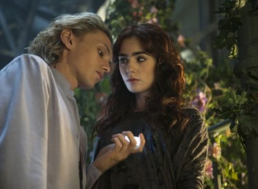 Jace (Jamie Campbell Bopwer) tries to protect Clary (Lily Collins) from demons and assorrted evil beings that want to harm herl. Photo by Rafy – © 2013 Constantin Film International GmbH and Unique Features (TMI)